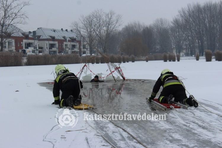 Jégről mentettek a tűzoltók Nyíregyházán