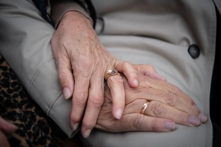 Üvegen keresztül már látogathatók a nyíregyházi idősotthonok lakói