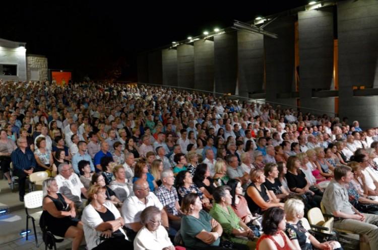 A szabadtérin pótolja be elmaradt bérletes előadásait a nyíregyházi színház